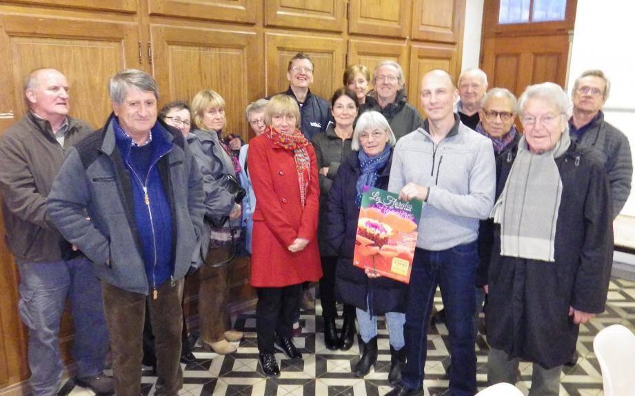 Alain Ostorero (avec l'affiche) entouré de l'équipe de bénévoles qui vont œuvrer à la réussite de la manifestation.