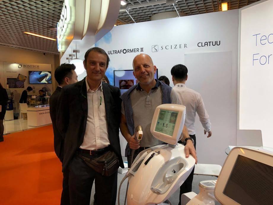 Antonio Calanchi et le docteur Emmanuel Antoni au stand de la machine Ultraformer III.