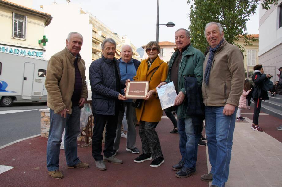 Dans le cadre de ses recherches, l'auteure Anne de Courcy a rencontré les membres de la Société d'art et d'histoire du mentonnais.