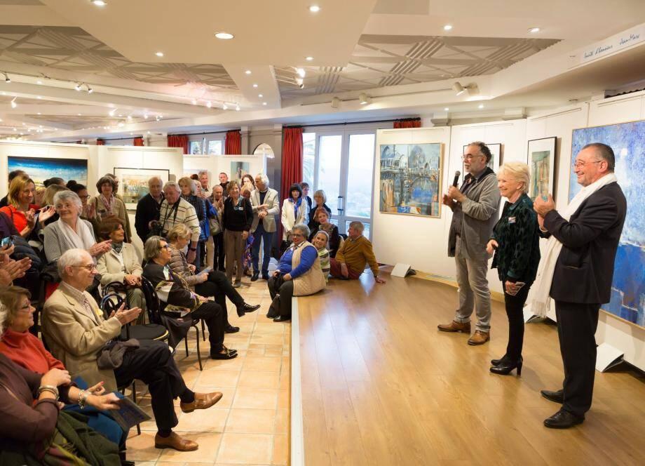 Jean-Marc Scotti devant ses peintures, accompagné de Danielle Mitelmann et Alain Benedetto.