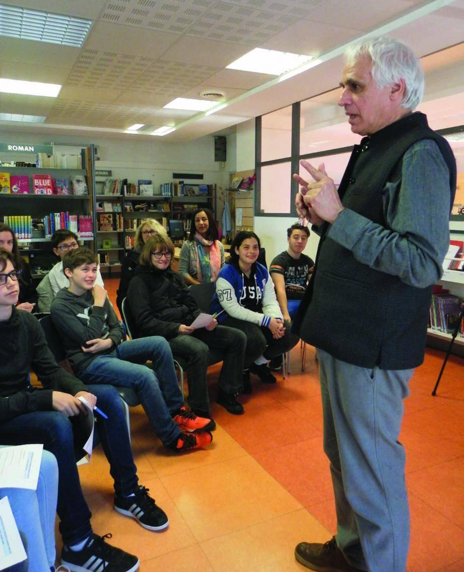 Patrice Favaro, à l'écoute des collégiens de Roquebrune, lors de cette première rencontre littéraire.