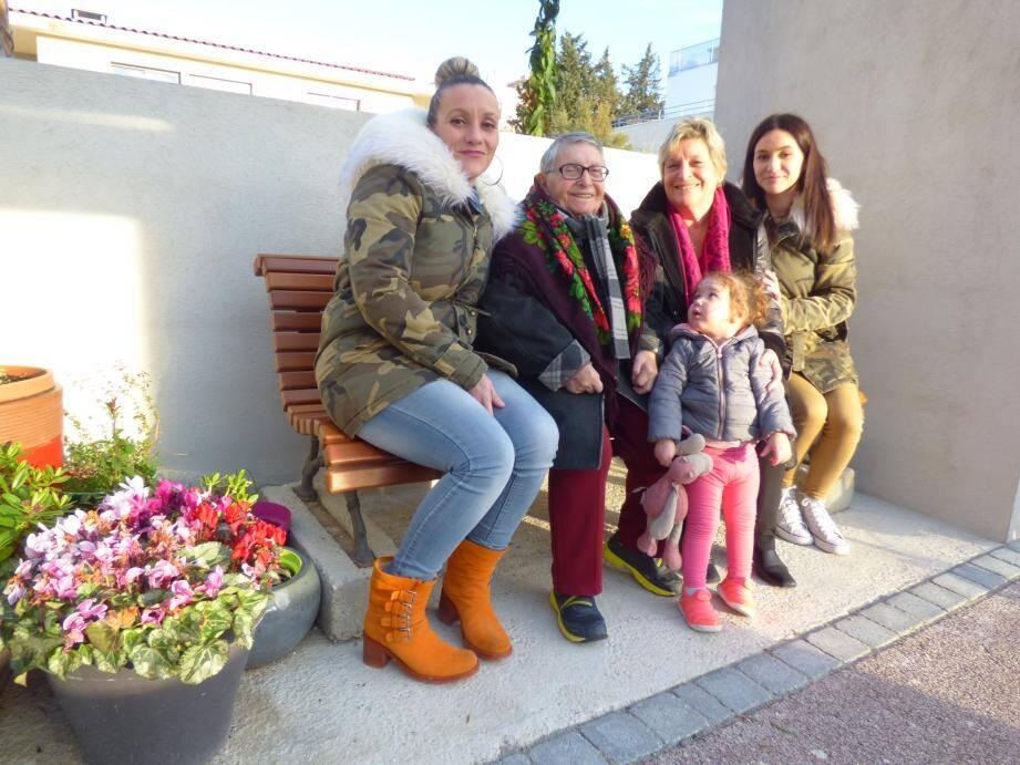 Autour de Simone, les représentantes des quatre générations de Faye : Stéphanie, Annie, Shanna et sa maman Camille.