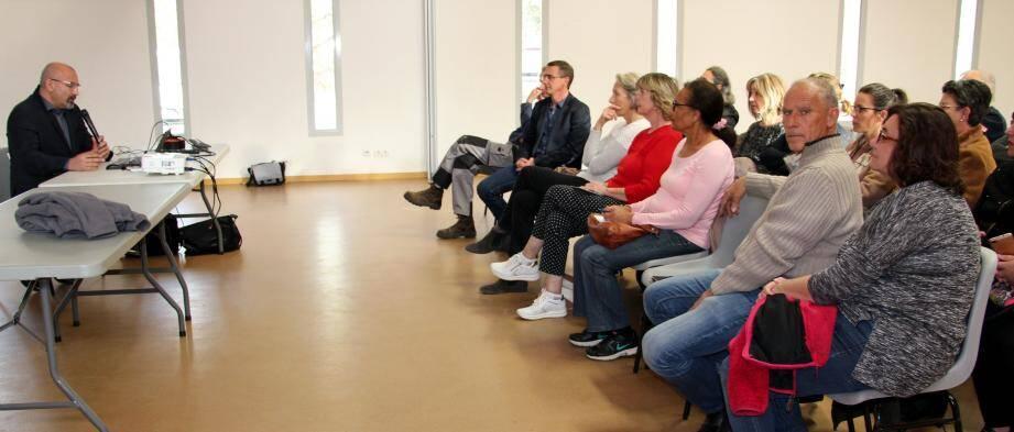 Un public rare mais motivé, lors de la présentation de L. Monrozies.