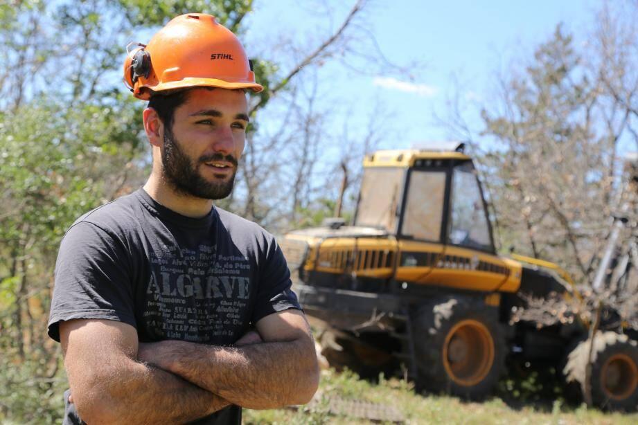 Issu d'une famille de bûcherons, João Dos Santos, 26 ans, est aux commandes de l'abatteuse actuellement en action sur le chantier.