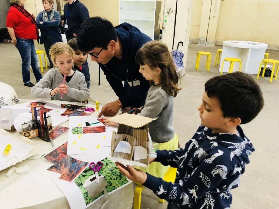 Guidés par leur architecte-médiateur, les enfants très concentrés et inspirés, réalisent leur maison du futur.