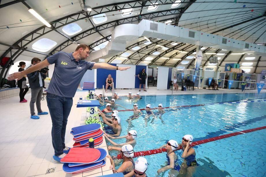 Quarante jeunes nageurs de Carros natation ont profité des conseils du grand champion, hier.