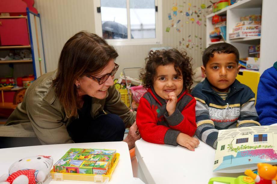 Un moment complice, entre la princesse de Hanovre et de jeunes enfants réfugiés arrivés  de Syrie, hébergés dans le camp de Vintimille.