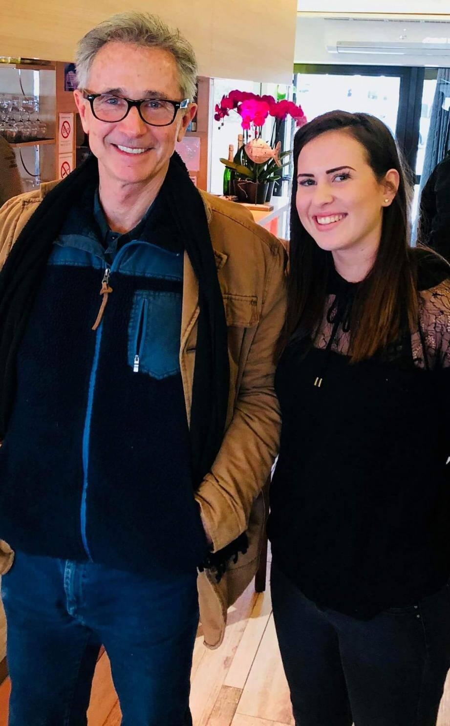 L'acteur a pris le temps de poser avec l'une des employées du restaurant.