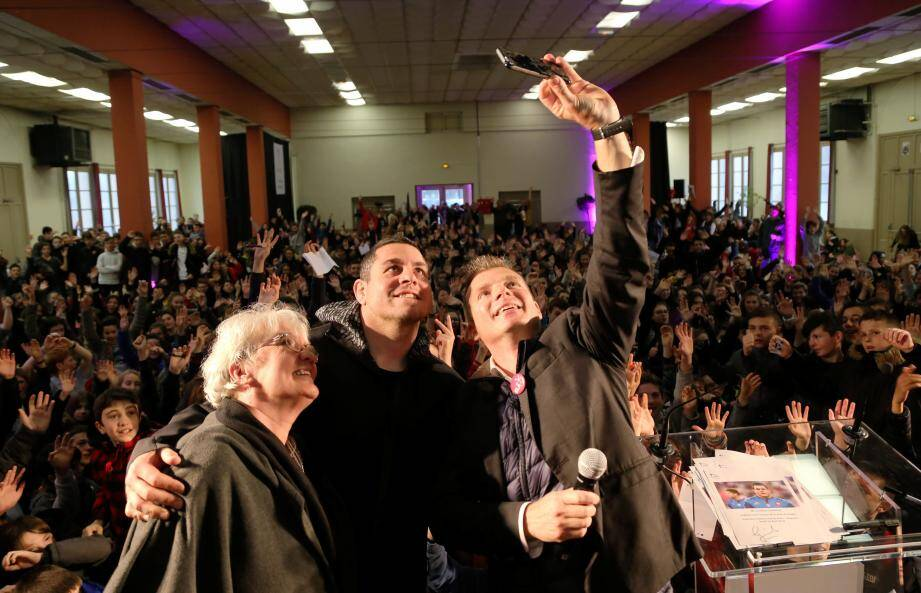 Guilhem Guirado (au centre) entourés de Jenny Gentaud et Pascal Noirot, représentants d'Ela, a immortalisé sa rencontre avec les collégiens de Jeanne d'Arc avec un selfie collectif.