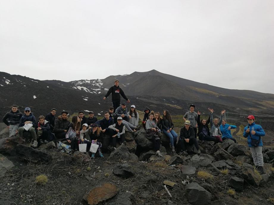 C'est tout sourire que les petits Sospellois de 4e découvrent cette semaine les volcans italiens. Sur cette photo souvenir, l'Etna derrière le groupe installé sur la coulée de lave de 2003. (DR)