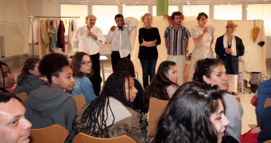« Les Éclaireurs en tournée » ont échangé avec les élèves du collège en fin de spectacle.