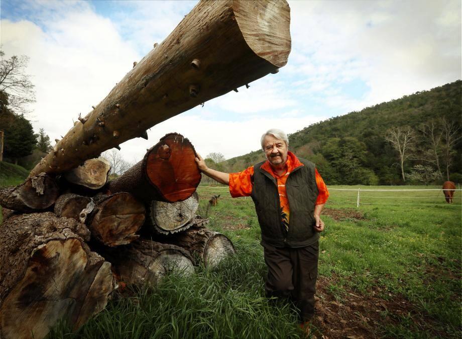 Avec ses chemises hawaïennes, portées en toutes saisons même sous ses tenues de forestier, Frédéric-Georges Roux est un sylviculteur haut en couleurs.