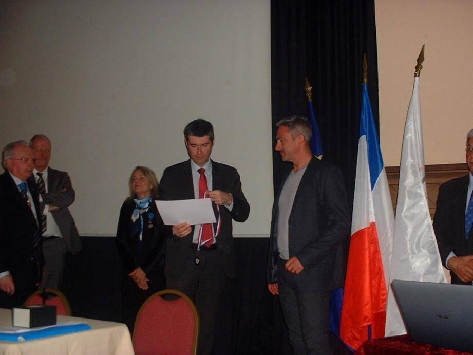 Le sous-préfet remettant un diplôme à Gilles Allongue.