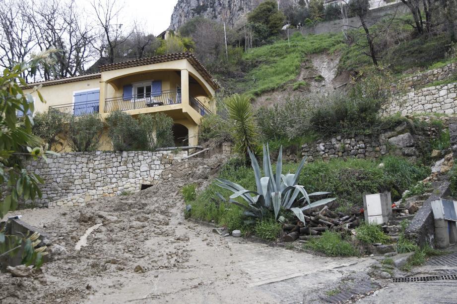 La villa de Mireille, 80 ans, n'est plus accessible. L'eau continue de couler du terrain.