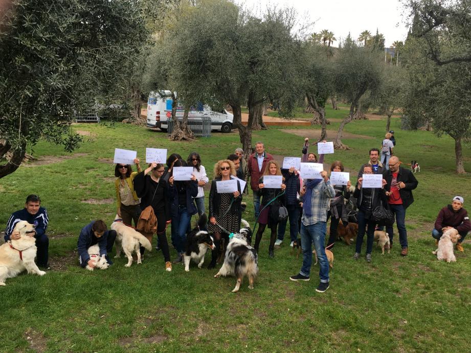 « Nos animaux ont des droits », « Laisse = maltraitance » : les manifestants n'étaient pas nombreux, hier aux Arènes de Cimiez, mais ils avaient affûté leurs slogans.