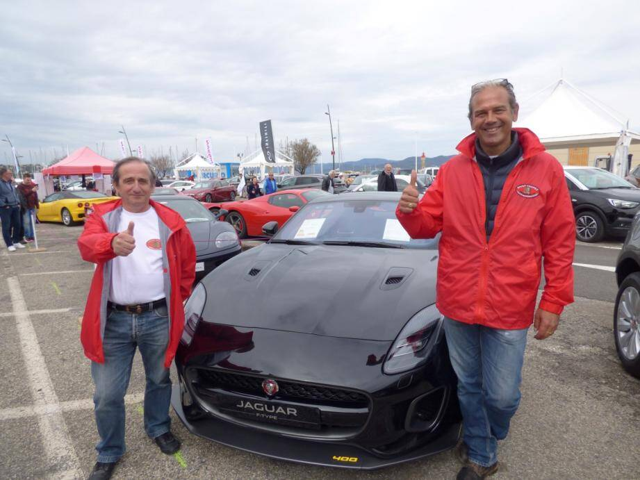 Guillaume Abbe et Jean-Luc Bretar, fiers de leur salon nouvelle formule, posent devant une superbe Jaguar.(C.G.)