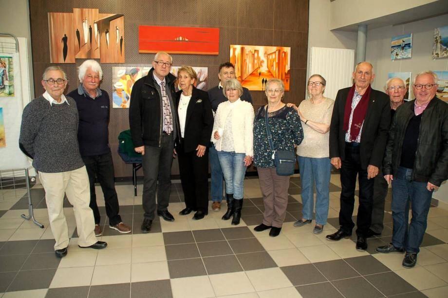 Les artistes posent pour la photo souvenir avec le maire, les élus et la présidente Cirnée Venton.