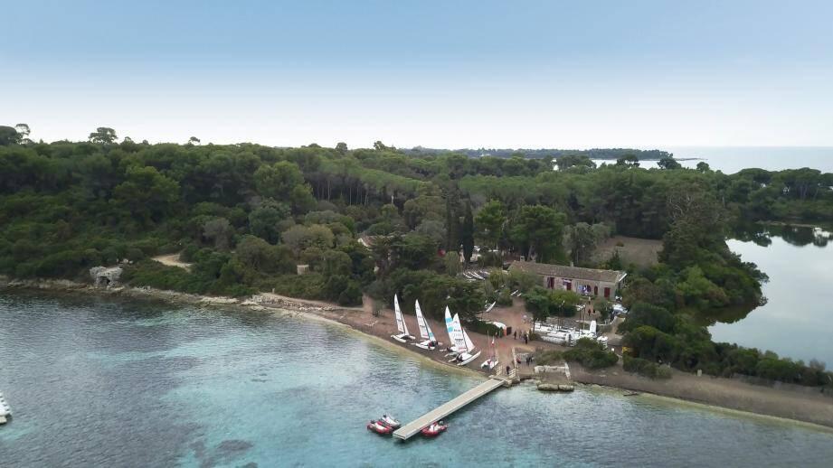 Sur l'île Sainte-Marguerite, le site du « Pavillon de chasse » visé par une cession de l'État est limitrophe de l'étang du Batéguier et sa réserve ornithologique. Il accueille également les activités de Cannes Jeunesse sur la base nautique Florence-Arthaud.