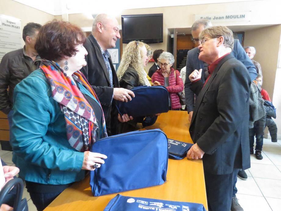 Les élus ont distribué les kits d'accueil aux nouveaux arrivants.