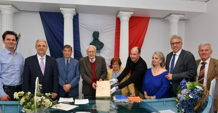 Le livre d'Ambroise Vollard a été remis ce vendredi au conservateur des musées de Cagnes Emeric Pinkowicz par Roger Michelier, président du comité de quartier.(DR)