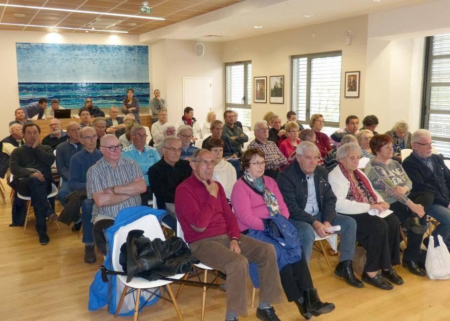 La salle était comble et le public tout acquis au maire.