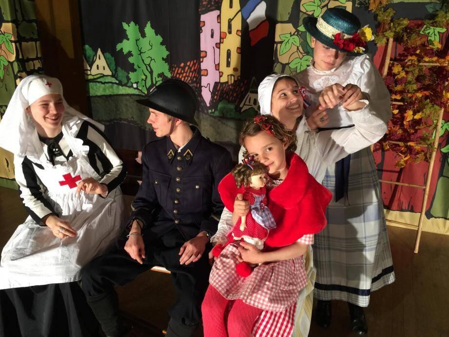 Éline, Pierre, Louanne, Garance et Diane (de gauche à droite) font revivre un épisode marquant de l'après-guerre.