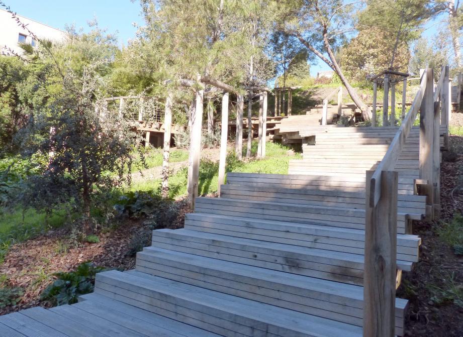 La Ville a fait procéder à l'installation d'un escalier en bois, large et facile à emprunter car comportant de nombreux paliers et, du fait de sa forme en zigzag, une pente relativement faible.