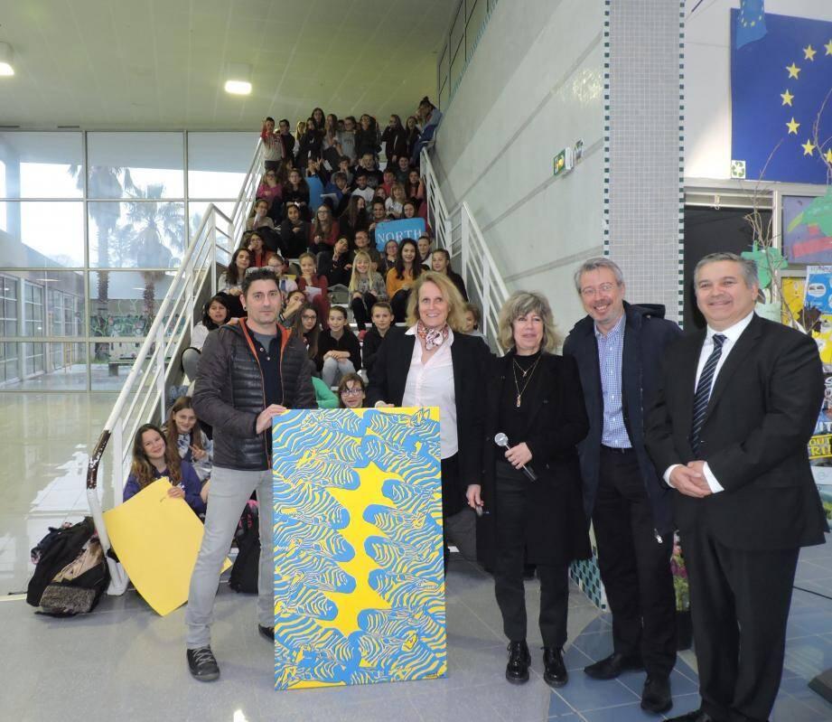 Claire Stervinou (micro) entourée des élus, professeurs, élèves et de l'artiste plasticien (gauche).