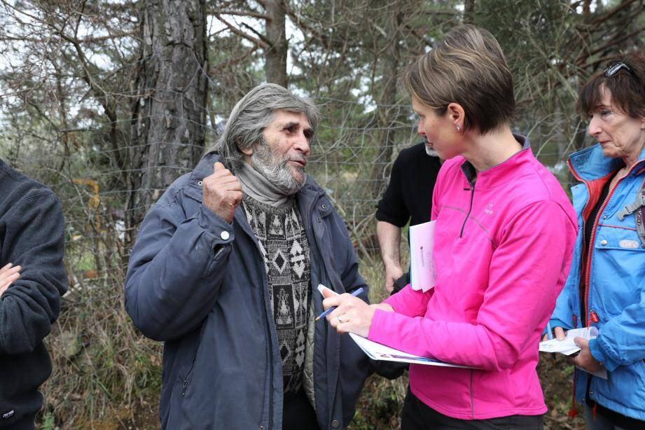 Raymond, 75 ans, expose sa situation à Marie-Christine Thouret.