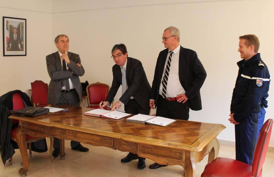 Le maire entouré du procureur (à gauche), du préfet et du commandant du groupement de gendarmerie du Var (à droite).