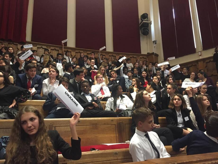 Les élèves, au CUM, au moment du vote d'une résolution.
