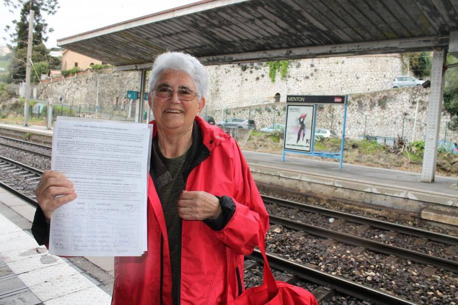 Solange Huon a lancé une pétition pour demander le retour des fiches horaires des trains en gare de Menton. En décembre, la SNCF avait décidé de les supprimer dans toutes les gares de la région pour faire « des économies ».