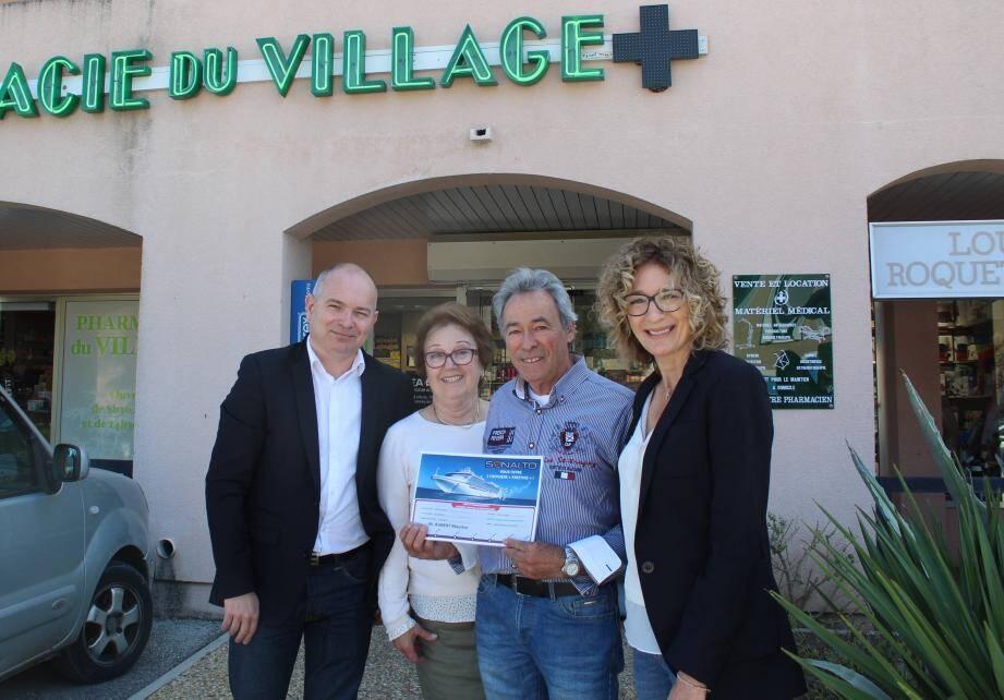 Frédéric Courdouan représentant du laboratoire Urgo, Maurice et Nicole Aubert, et Corinne Roustan lors de la remise du prix.