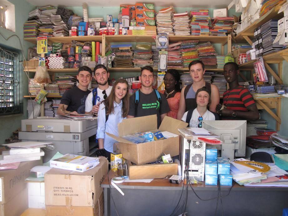 À Mbour, dans la brousse au Sénégal, les étudiants de l'EDHEC ont fait travailler l'économie locale en achetant des fournitures et du matériel de bricolage sur place.
