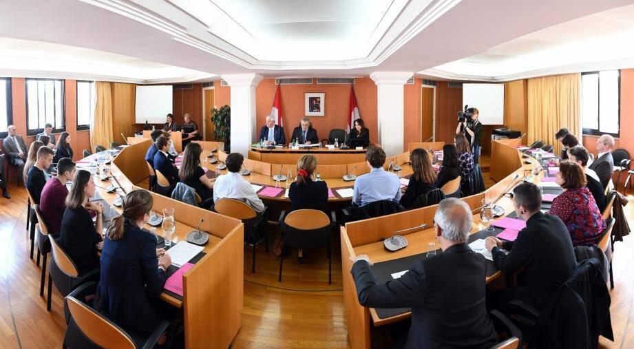Le Conseil économique et social (CES) présente ensuite ses projets au gouvernement.