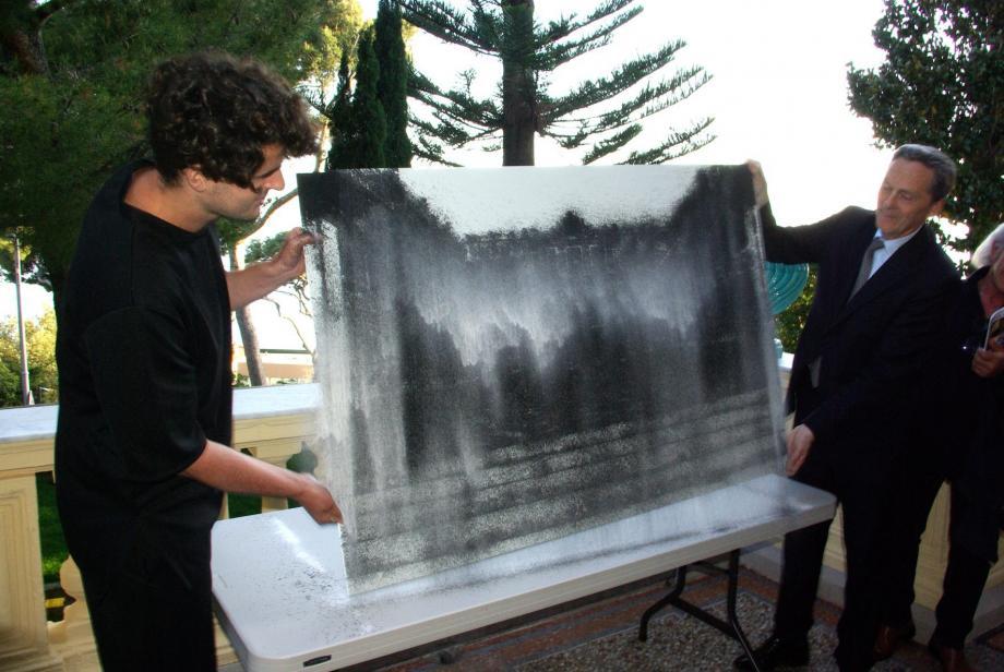 A gauche, une peinture à l'huile par le canadien Josh Chalon. Au centre, l'artiste allemand Tim Bengel et  le maire, Xavier Beck. A droite, une sculpture d'Eric Serin.