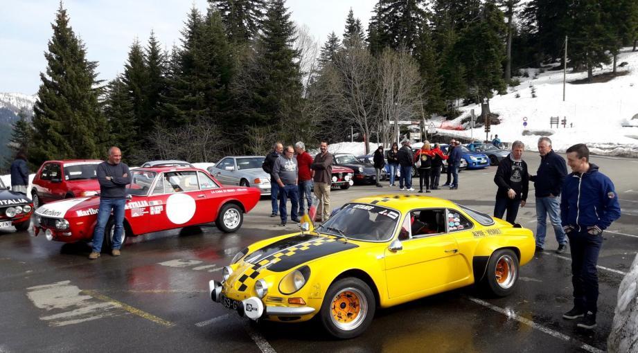 Un parc de regroupement au sommet enneigé du col de Turini a rassemblé les participants qui ont pu profiter de la météo clémente.