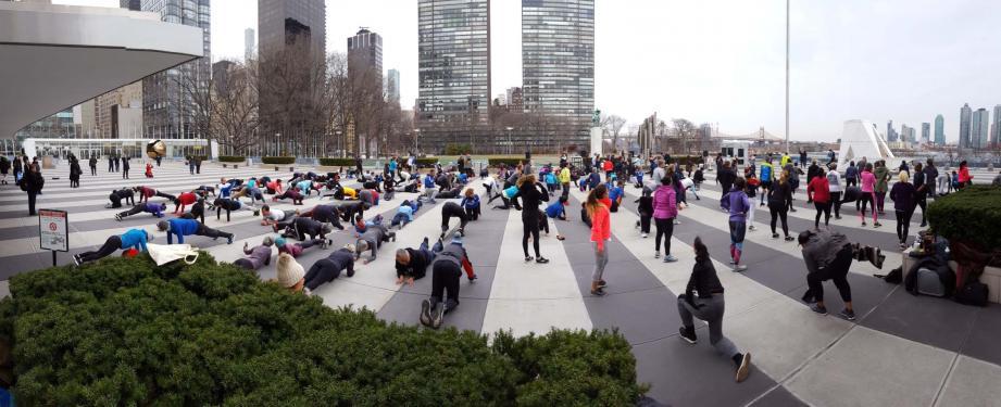 Séance d'exercices sportifs « Ironstrength Workout » conduite par le docteur Metzl sur le parvis des Nations Unies à New York.(DR)