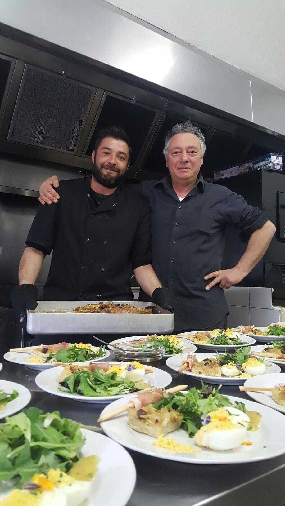 Yvonic Mouzaika et Roberto Motosso, qui ont préparé un repas de Pâques pour l'association « Bellavalia ».