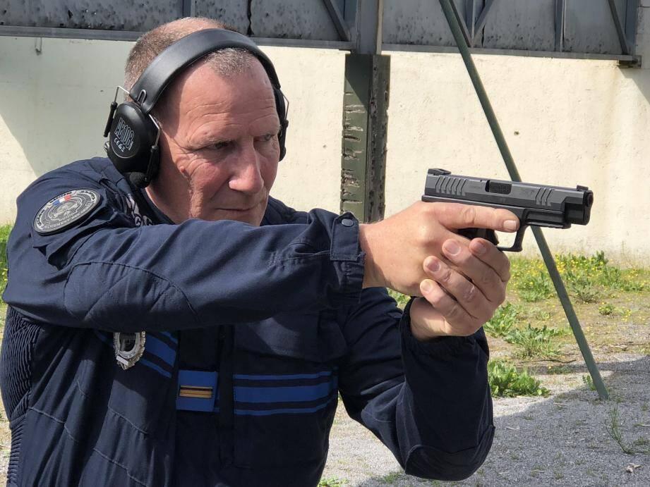 Les policiers municipaux de Vallauris s'entraînent à manier leur nouvelle arme.