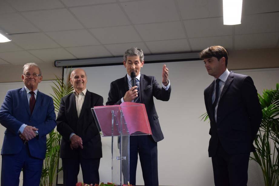 Jean-Pierre Leleux, Gilbert Pibou et Jérôme Viaud sont venus saluer les huit ans de travail de Frédéric Limouzy à la direction de l'hôpital Clavary.