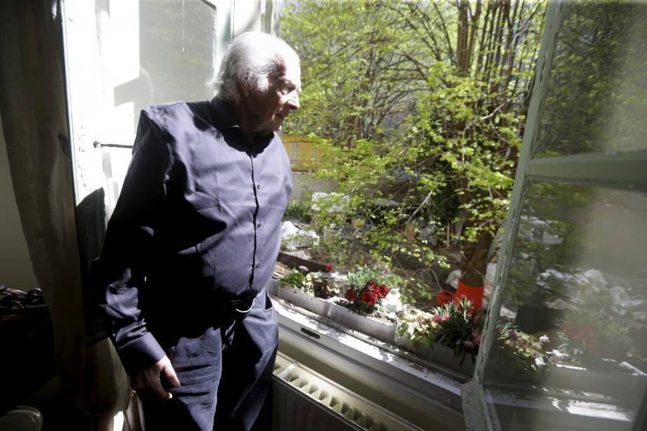 Jean-Pierre Duvillier, pose chaque jour, un regard inquiet sur le jardin en contrebas de son appartement, situé au 6, rue Bonaparte.