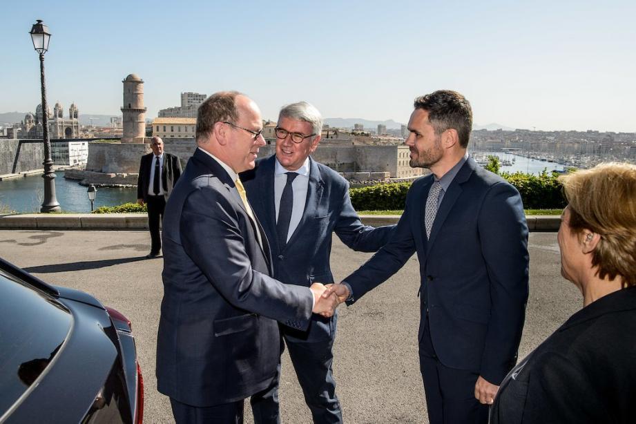 Au Palais du Pharo, le prince souverain a été accueilli par les deux coprésidents-fondateurs de l'Union  de l'apiculture de l'Europe et de la Méditerranée.