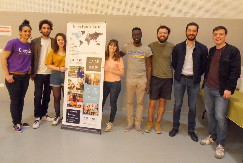 Les ambassadeurs de paix d'InterFaith Tour, Bettina (3e à gauche), Benédicte (4e) et Benoît (6e) ont été accueillis à la Maison des services publics de Toulon.