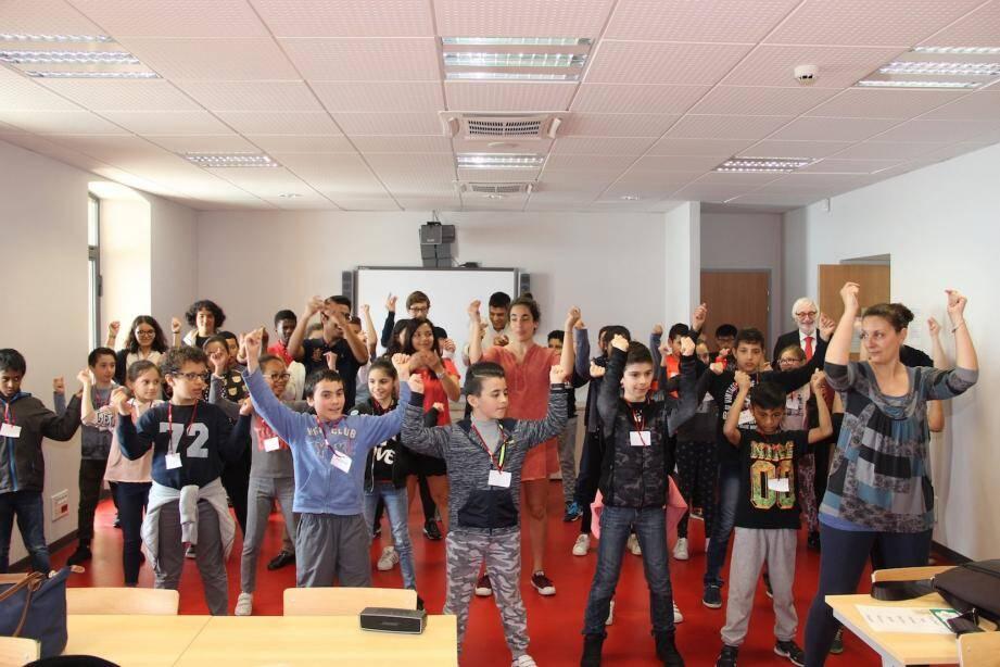 Les élèves de l'école des Cigales ont chanté pour les étudiants.