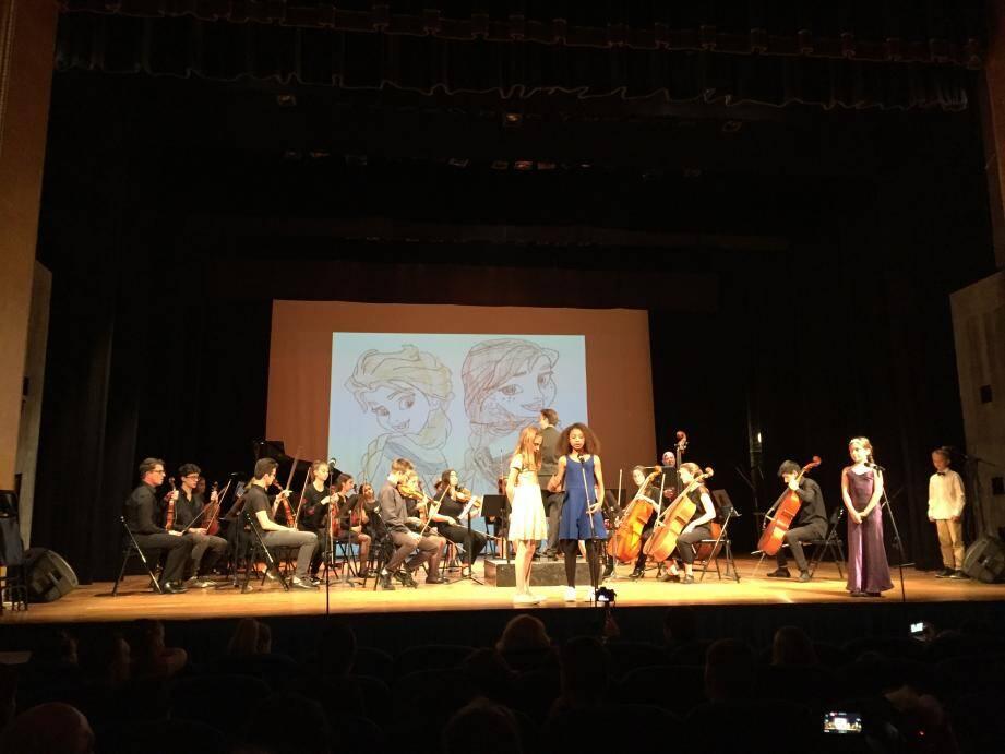Plus de 400 élèves sont montés sur la scène du palais de l'Europe pour évoquer en musique, chants et danse les plus belles mélodies issues des contes d'Europe.
