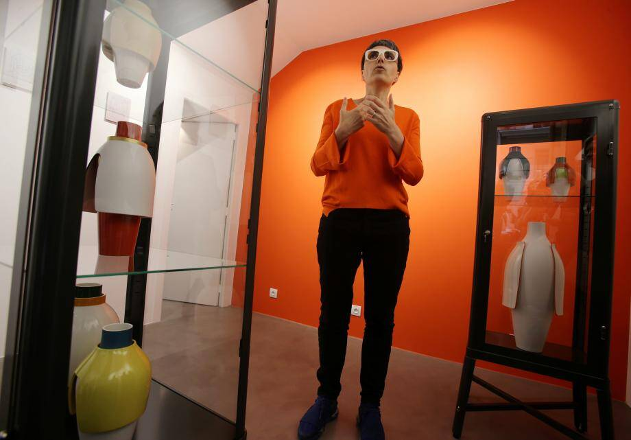 Matali Crasset, présente mercredi à Monaco pour dévoiler son travail sur ces vases dans la nouvelle galerie de poche, pensée par Rita Caltagirone.
