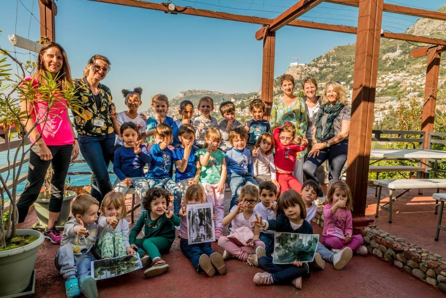 La classe de petite et moyenne sections d'Emilie Souliman a goûté aux joies de la culture locale. Ici sur la terrasse de l'Etoile de Mer.
