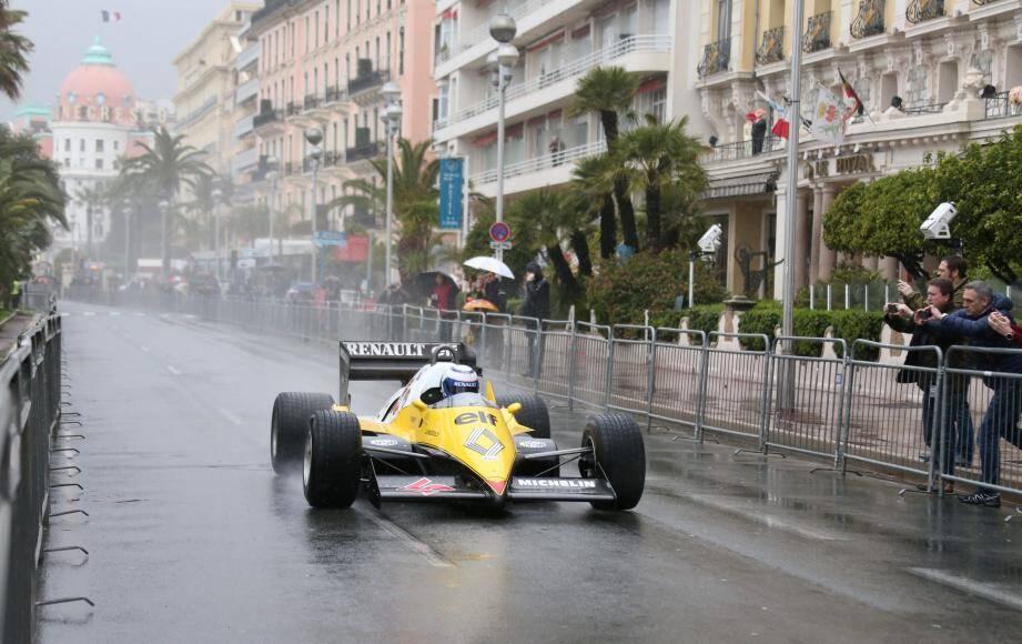 Illustration / Démonstration d'Alain Prost en Formule 1 sur la promenade des Anglais le 11 mars.