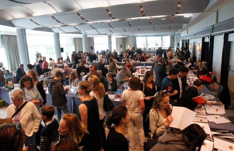 En plus des dédicaces, toute la journée, les participants se prêteront au jeu des tables rondes pour parler de leurs travaux.
